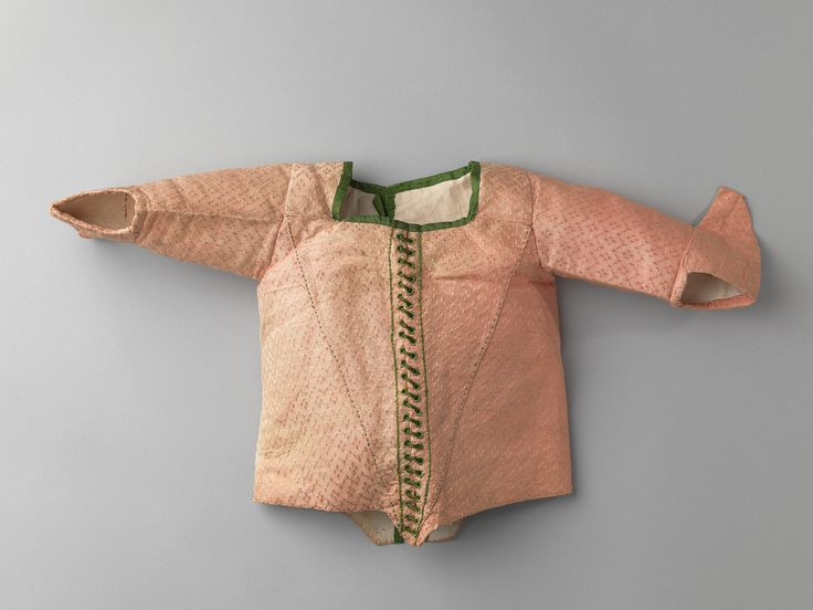 Babyjak voor een meisje van ingeweven roze zijde met kleine ruitjes. Het lijfje loopt middenvoor in een punt. Versiering van groene zijden veter door geborduurde gaatjes, afgezet met groen lint. Voering van wit linnen. Sluiting middenachter met groen lint. Langs de mouwen varkensoren, waarvan een mouw er nu scheef is ingezet zodat de mouwen niet gelijk zijn. Wanneer dit is gebeurd is onduidelijk. Identifier KA 1220 Creation date 1750 - 1780 Material silk, linen Provenance schenking Object…