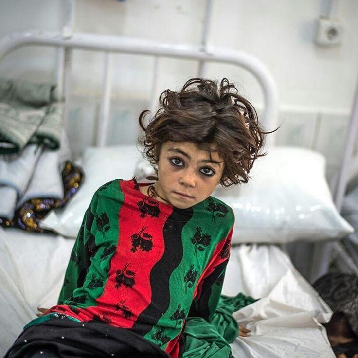 Vous en avez été témoins, 2016 a de nouveau été une année d'urgence pour nos équipes, qui sont intervenues simultanément à différents endroits du globe. L'année en images :  Une jeune fille attend dans la salle d'observation dans l'unité d'urgence pour les femmes de l'hôpital de Boost à Lashkar Gah, en Afghanistan. ©Kadir Van Lohuizen  #MSF #DoctorsWithoutBorders #Afghanistan