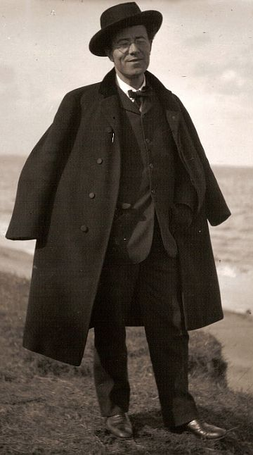 Gustav Mahler ... Dapper that day at least.... with a mild smile to match.