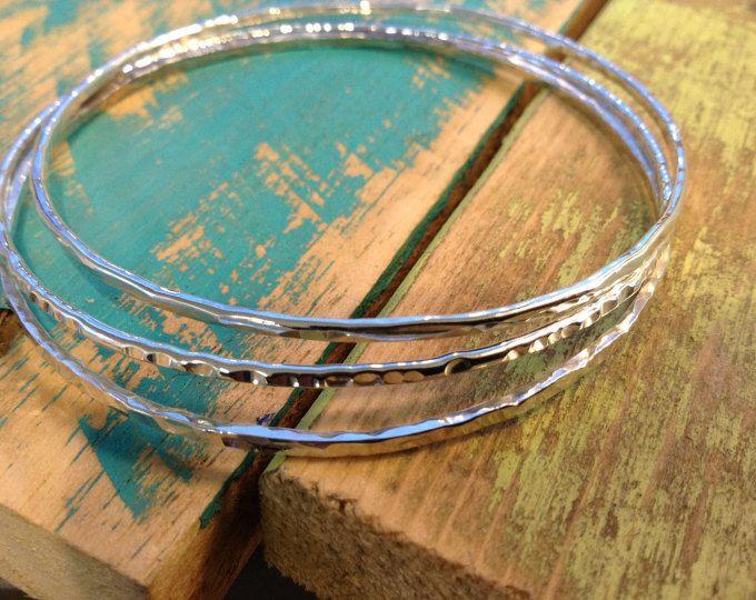 Sterling silver bangle mager trio set. Gehamerd / textered glanzende stapelen armbanden Set van 3