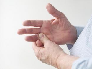 Ihre Fingergelenke schmerzen, sind entzündet, steif und geschwollen? Diese Alarmzeichen deuten auf eine Rheumatoide Arthritis hin