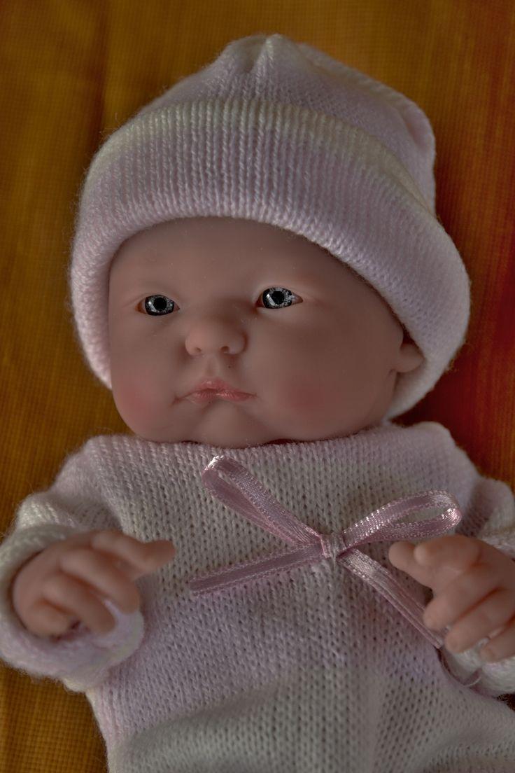 Realistické mini miminko - holčička Malenka, která něco sleduje