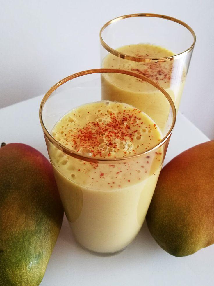 Przepis na wegańskie Mango Lassi czyli pożywne i zdrowe smoothie z mango. Zdrowy i sycący azjatycki koktajl z jogurtem i mango.