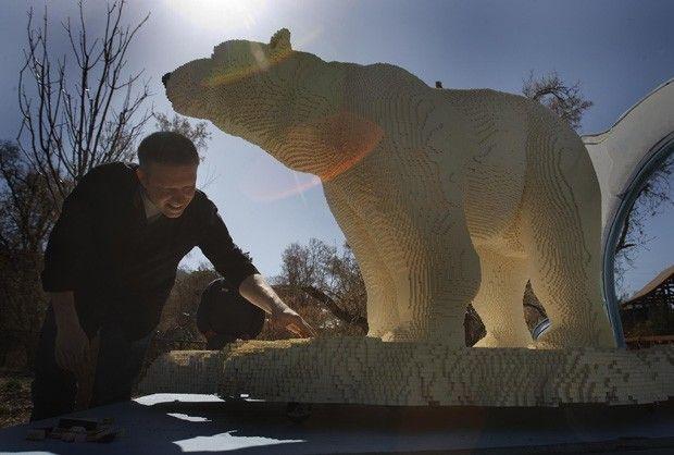 Sean Kenney aparece ao lado de escultura de urso polar. Artista afirma que exibição alerta sobre risco dos habitats dos animais (Foto: The Salt Lake Tribune/Leah Hogsten/AP)