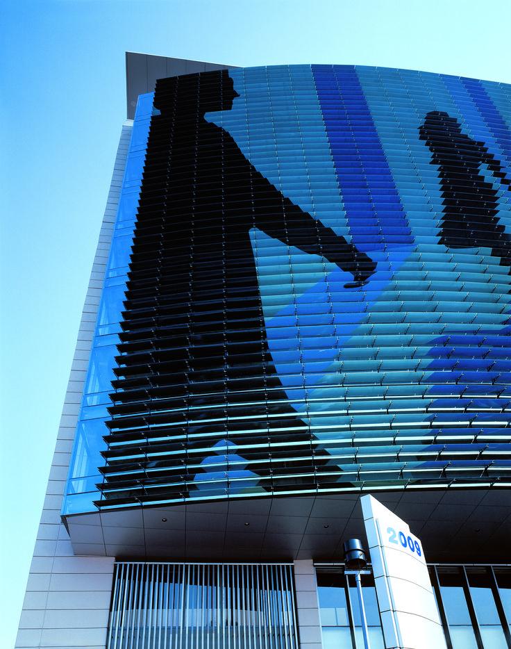 Corporativo Las Flores tiene una gran imagen en tonalidades azules de personas en movimiento para destacar el concepto de mural urbano, proporcionando así un efecto adicional al dinamismo que contiene la imagen por sí sola.