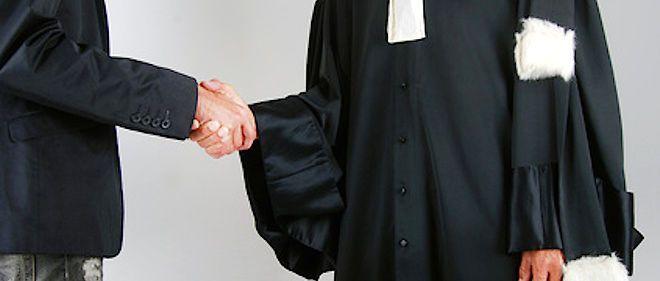 Il aura fallu attendre les années 1970 pour que le port de la robe d'avocat soit enfin inscrit dans la loi.
