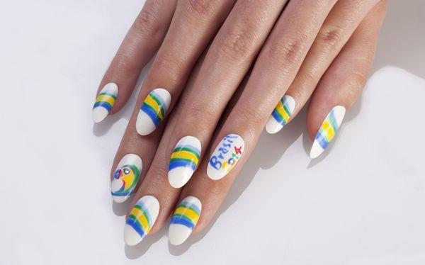 #estrosa #smalti Tutto pronto in Brasile per il calcio d'inizio dei mondiali, anche le unghie si vestono a tema aggiungono cristalli Diamond Crystal.http://www.sfilate.it/227079/unghie-si-colorano-per-i-mondiali