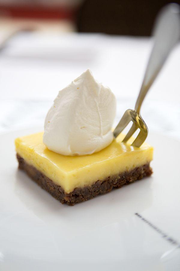 Citroentaart met Bastogne-bodem / - 4 citroenen, sap en rasp - 180 g witte basterdsuiker - 3 eieren - 5 eidooiers - 75 g boter + 75 g boter , bodem: - 1 pak bastognekoeken - 150 g boter