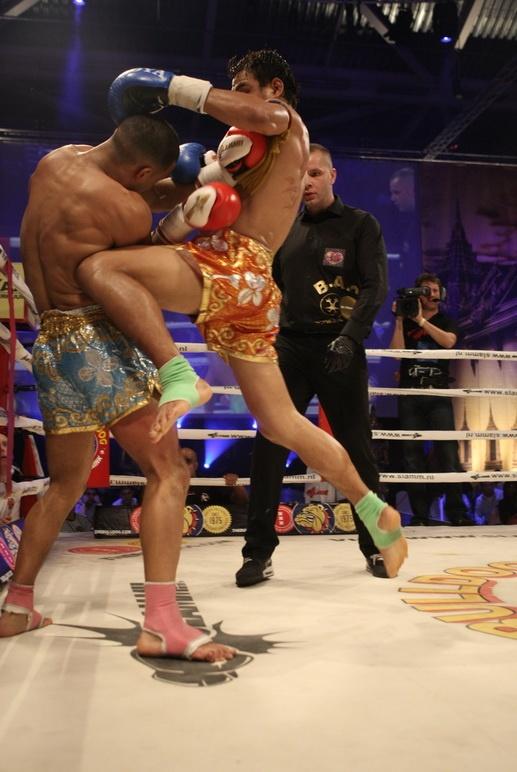 Saiyok Pumpanmuang - flying knee