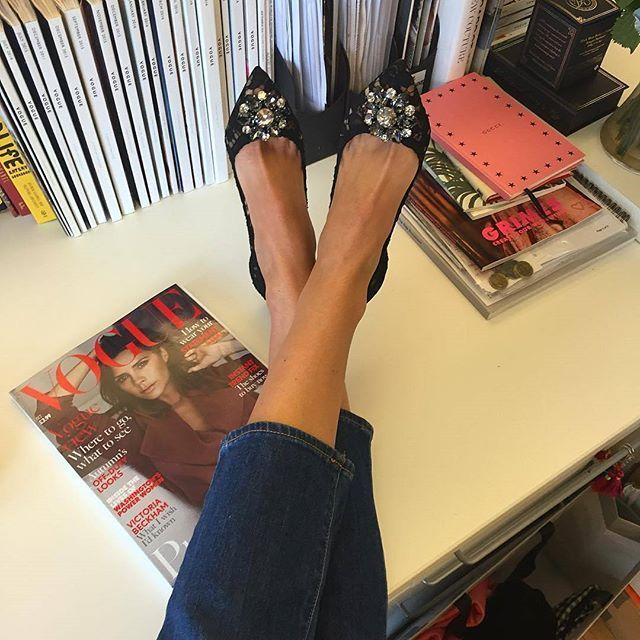 WEBSTA @ sixoclocktea - Its all about Shoes  @sarahharrisuk nos muestra como se puede estar impecable, discreta y cómoda hasta para ir a trabajar #sixoclockPicks a la editora de Vogue British, estilo vanguardista, sofisticado y discreto. Siempre complementa sus looks con unos buenos accesorios o zapatos ...#sixoclocktea#fashion#fashioncouture #fashionstyle#moda#UK #pretaporter#colecciones#style#shoes #sarahharris #editora #voguebritish#work #vogue  #magazine #editor #desi...