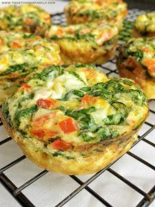Zamiast owsianki lub jajecznicy proponuję mufinny jajeczne z papryką, szpinakiem, pieczarkami i salami. To śniadanie bardzo proste i szybkie w przygotowaniu, a przy okazji bogate w białko i niezwykle smaczne.