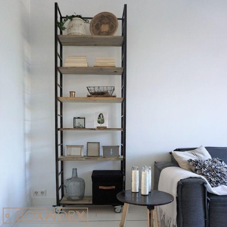 De kast 'Creative living' is een unieke en stijlvolle industriële kast. Deze kast is van zwart doorgeschuurd staal met planken van natuurlijk verweerd hout.