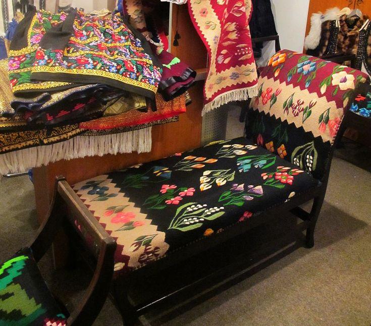 Acum ai online mobilier cu tapițerii tradiționale românești și covoare tradiționale