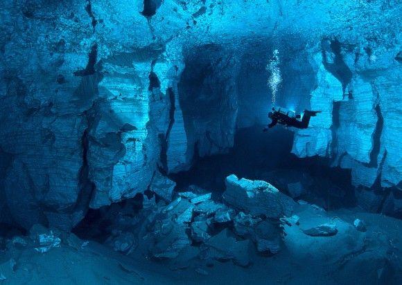 Mergulho na maior caverna de 'cristal' debaixo d'água em águas russas. Foto por: Viktor Lyagushkin