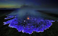 La lave bleue du volan Kawah ljen Sur l'île de Java en Indonésie, à la nuit tombée, au cœur du cratère du volcan Kawah Ijen, il est possible d'observer de la lave bleue. Ce n'est pas la lave à proprement parler qui est bleue, mais plutôt les flammes qui l'entourent. Le volcan rejette énormément de gaz sulfuriques qui, à haute température, s'enflamment, produisant des flammes bleues pouvant atteindre jusqu'à cinq mètres de hauteur.