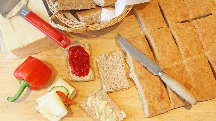 Grove scones på 1-2-3 - Lyst på ferske scones til frokost? Disse smaker nærmest som rundstykker, men lages på under halve tiden og stekes ferdig mens du dekker bordet.     Ingen heving, bare rør ingrediensene sammen og sett i ovnen. Bruk det du måtte ha av melk, både sur og søt kan benyttes. Putt gjerne tørkede blåbær eller annen tørket frukt i deigen. Bakverk med bakepulver blir som oftest best om deigen som skal stekes ikke er så tykk. Husk derfor å kjevle deigen ru…