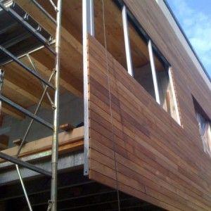 Design Naturale verticalizzando il legno  L`idea di verticalizzare il legno utilizzando il listone dei parquet è una delle nuove soluzioni proposte dall`azienda con la linea Deck Wall. La casa in legno realizzata in una delle località più trendy della riviera adriatica, Milano Marittima, è costruita con sistema X-LAM e con un rivestimento esterno in …