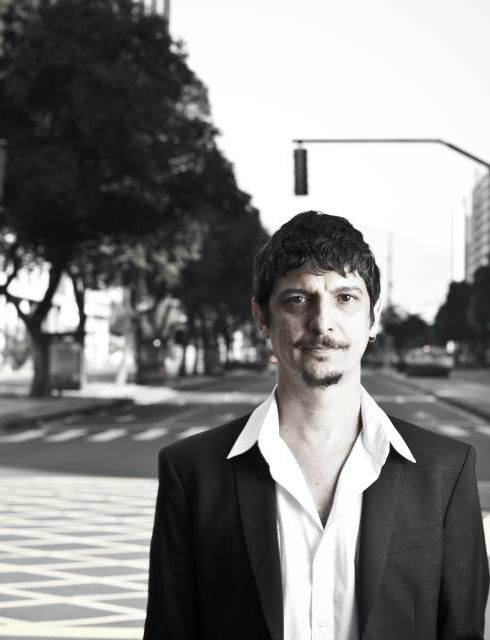 """Criado na Tijuca, ao pé do Morro do Salgueiro, Pedro Luísdespontou nos anos 90 como um dos artistas inovadores da música popular, misturando funk, samba, rap, hip hop e maracatu. Antes, nos anos 80, era roqueiro, depois deu forma musical ao funk poético do Boato, passou ao carnaval carioca com Monobloco, fez diversas parcerias com...<br /><a class=""""more-link"""" href=""""https://catracalivre.com.br/geral/agenda/barato/as-diversas-facetas-e-ritmos-de-pedro-luis/"""">Continue lendo »</a>"""