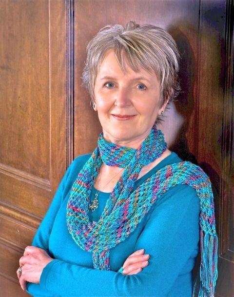 (1944) É uma escritora britânica que sempre sonhara escrever livros, ambientado na Inglaterra do Período da Regência. Depois de 3 meses escrevendo na mesa da cozinha, a 1ª versão de sua obra de estreia estava pronta. Publicada em 1985, deu a Mary o prêmio da Romantic Times de autora revelação na categoria Período da Regência. Hoje é presença constante na lista de mais vendidos do NY Times e vencedora de diversos prêmios literários. ―Mary Balogh