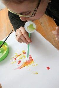 Vous pouvez travailler votre souffle tout en peignant. Pour cela, munissez vous d'une paille, de diverses peintures, de quoi protéger la table... et soufflez pour créer des formes, mélanger les couleurs...