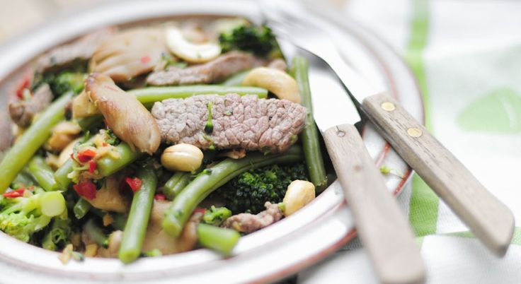 Biefreepjes met lekker veel groente: oesterzwammen, broccoli en sperziebonen. Een heerlijke maaltijd met biologische biefstuk die ook erg gezond is!