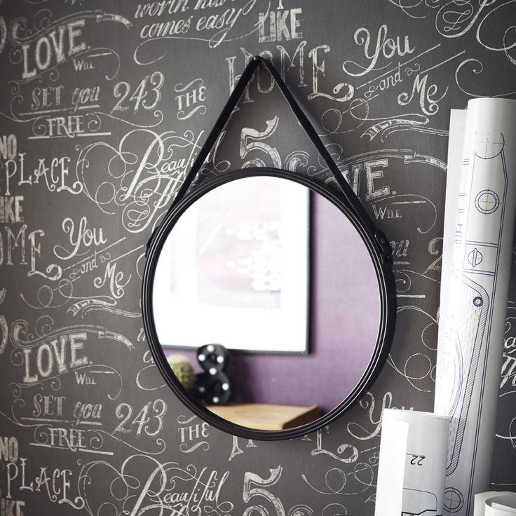 Le miroir de barbier en métal noir est parfait à l'entré pour pouvoir se recoiffer avant de partir.