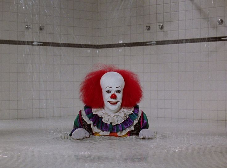 Tim Curry es Pennywise en It (Tommy Lee Wallace, 1990, Reino Unido & EE.UU.)