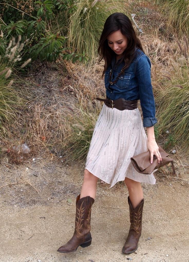 Camisa vaquera sobre falda. Elige una camisa que te quede bien ajustada para no aportar más volumen al vuelo de la falda. Con botines estilo country queda ideal.