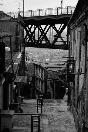 Escadas junto à Ponte Luis I www.webook.pt #webookporto #porto #ruasdoporto