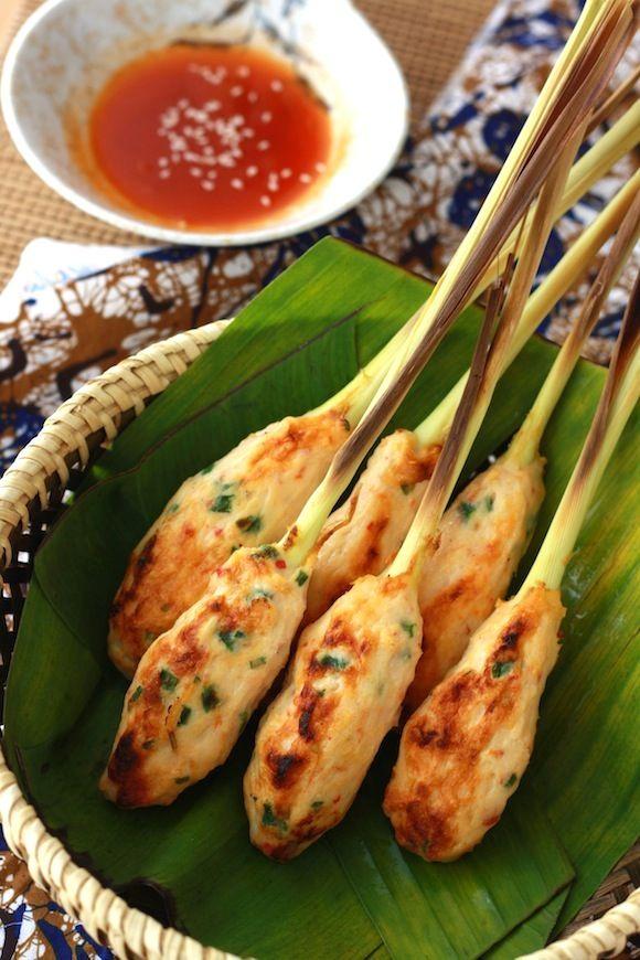 Nella cucina del Sud-Est asiatico è molto comune usare le piante per arricchire il sapore e la presentazione di un piatto. Questi spiedini di #gamberi, ad esempio, sono serviti su gambi di #citronella, che grigliata sprigiona un deciso sapore di agrumi. I gamberi sono avvolti in una pastella ottenuta con farina, #peperoncino, cipollotto tritato, succo di #lime, zucchero, pepe e sale. #ricettedalmondo #recipe #sate