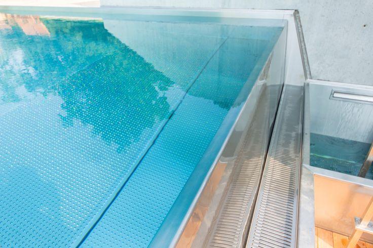 Detail of overflow stainless steel swimming pool Imaginox