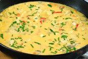 Hähnchen-Gemüse-Pfanne mit süßer Chilisoße. Als Beilage empfehle ich Jasmin- oder Basmatireis.