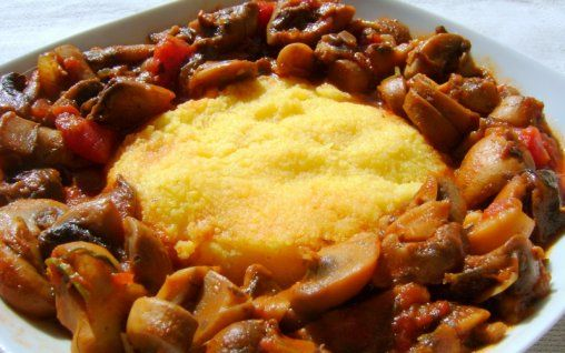 Retete Culinare - Tocanita de ciuperci cu mamaliguta