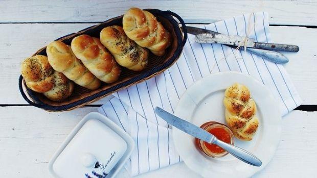 Pokud jste propadli trendu pečení vlastního chleba, je načase posunout se dál... Co si tak připravit vlastní domácí houstičky? Máme pro vás recept od Terezy z blogu Foodlover.cz.