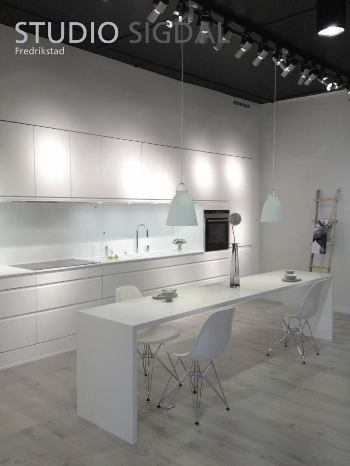 Kjøkkenutstilling hos Studio Sigdal i Fredrikstad  Sigdal Kjøkken modell Lido Premium White.  Design: Nina Th. Oppedal, Studio Sigdal Fredrikstad