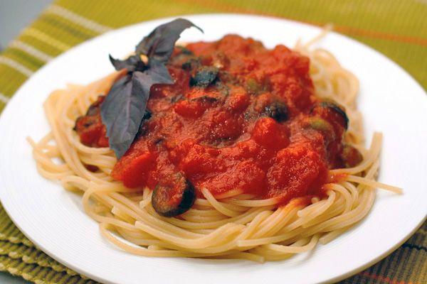 Одна из многочисленных и прекрасных вариаций итальянской пасты — спагетти с томатным соусом. Блюдо получается довольно легким, в духе средиземноморской кухни, и подойдет даже вегетарианцам и постящимся.