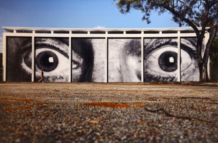 JR (né en 1983), Inside Out, Miami Art Basel, 2011, photographie couleur, Plexiglas, aluminium, bois, d'une édition en trois exemplaires et deux épreuves d'artiste, 125,5 x 186,5 cm. Estimation : 20 000/25 000 € Mardi 31 janvier, salle 1-9 - Drouot-Richelieu. Villanfray & Associés OVV. Mme Nataf-Goldman.