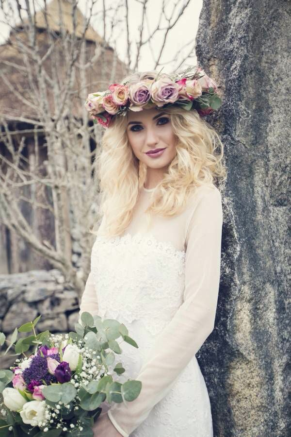Flower head piece and bouquet by Bronté bouquets