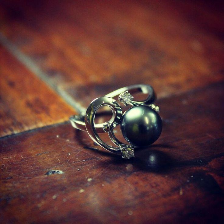 Gioielli Soprana. Anello in oro bianco, perla Tahiti e diamanti. Modello unico fatto a mano. www.gioiellisoprana.it