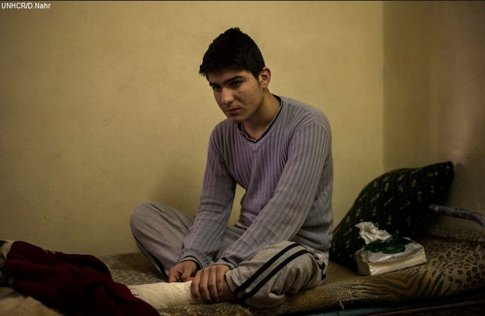 """""""All'inizio non riuscivo a dormire a causa del dolore.Ora non riesco a dormire per lo shock"""". Asam,17enne del Kurdistan iracheno,pensava di aver perso tutto quando la sua famiglia è dovuta fuggire dalla propria casa. Ma solo pochi mesi dopo aver trovato un nuovo posto in cui vivere,ha messo un piede su una mina mentre correva per recuperare un pallone.Le ferite fisiche stanno guarendo bene,ma Asam non è più la persona di una volta.Ha disturbi del sonno e quasi ogni notte si sveglia urlando."""