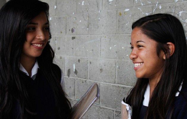 Dos adolescentes mexicanas en su centro de estudios. Invertir en la educación de las adolescentes latinoamericanas se considera el camino para que ellas se transformen en motores del desarrollo sostenible de sus sociedades en el futuro. Crédito: UNFPA LAC CARACAS, 9 jul 2016 (IPS) - América Latina tiene en sus chicas adolescentes una fuerza crucial para generar cambios que impulsen su desarrollo sostenible, si invierte en promover sus derechos y corregir la desigualdad de sus oportunidades,