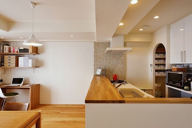 築11年 マンションリノベ、マンションリノベーション事例。さわやかで明るい白のリビング。築11年の築浅マンションリノベ。リビングの床はホワイトオークの無垢材です。無垢フローリングは、梅雨の時期でも床がサラッと、ぺたぺたせず足ざわりも良く「裸足でいることが増えた」とおっしゃっていただくことも多い、スタイル工房もおすすめの建材。Yさま邸では、床暖房も併せて設置しています。既存のドアを白く塗装して雰囲気をかえつつ、リビングのドアのみブルーグレイで塗装することで、広い空間のアクセントにしました。カウンターキッチンにはダイニング側にたっぷりの収納棚を、キッチンにはパントリーも設けました。玄関にも玄関クロークを新たに造作するなど、住まい全体の収納力もアップ。自然素材の心地よさも楽しめる、清潔感のある明るい雰囲気の住まいへと生まれ変わりました。