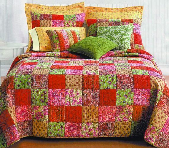 Já pensou forrar a sua cama com uma linda colcha em patchwork? Colchas trabalhadas vão deixar o ambiente muito mais estiloso. - Veja mais em: http://vilamulher.com.br/artesanato/tendencias/patchwork-para-decorar-camas-17-1-7886461-20.html?pinterest-mat