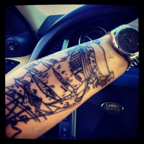 """paolosantacatterina  #casttattoo  In redazione stanno arrivando tantissime foto di tatuaggi con storie bellissime.  Grazie a tutti e continuate così!  Ecco il tatuaggio di """"paolosantacatterina"""".  """" Questo è il mio veliero pirata, serve a ricordarmi un periodo burrascoso della mia vita, dal quale sono uscito più forte di prima, perché quello che non ti uccide ti rende più forte, un pirata! """"  http://tattoo.codcast.it/"""