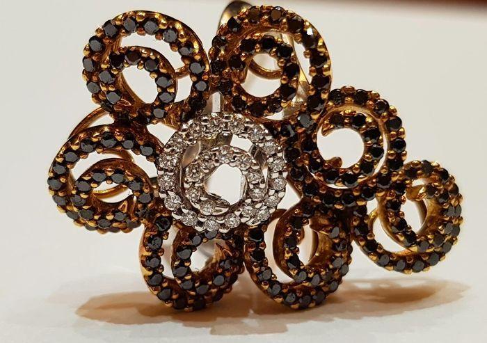 Flower Ring in Black and White Diamond 18 karaat geel en witgoud  Aantal zwarte diamanten-172Karaat gewicht van Black Diamonds - 143 karaatKnippen - Full-CutKleur - zwartAantal witte diamanten-25Karaat gewicht van witte diamanten - 019 karaatKnippen - Full-CutKleur-GDuidelijkheid - SI1Gouden kleur - witgoud voor band en Yellow Gold voor de bloemGouden gewicht - 14.01 gramHet gewicht van goud en stenen zijn gegraveerd op de achterkant van de band.De goederen zijn volledig verzekerd en…