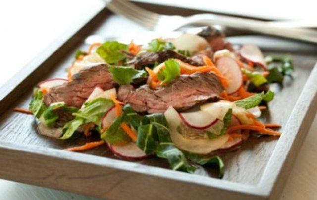 O Bife grelhado com salada de verão é delicioso e combina o carne marinada em uma mistura de limão e servida com uma salada que leva espinafre, rabanete, cenoura e pepino.