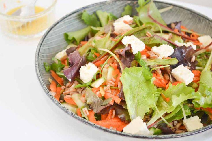 Heb je meestal weer snel honger na een salade? Probeer daarom eens deze vezelrijke salade met spelt! Een gezonde, goed vullende, lunch!