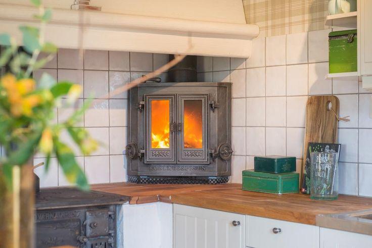 Kaminen i köket ger värme och ljus