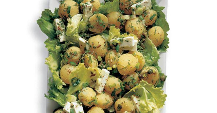 Denne kartoffelsalat med syrlig marinade og friske krydderurter smager fantastisk til stegt kød