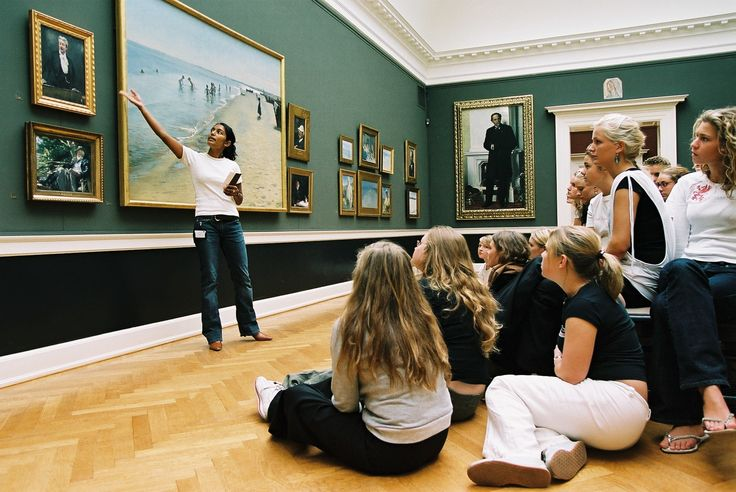 Guided tour in the Krøyer hall.
